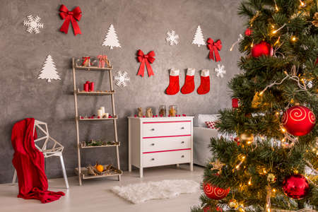 frohe: Stylish living room in red and white colors decorated for christmas