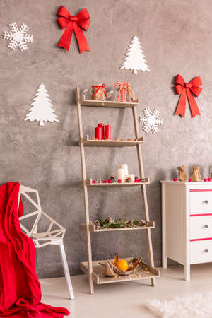 frohe: White christmas shelf with decorations in pretty living room