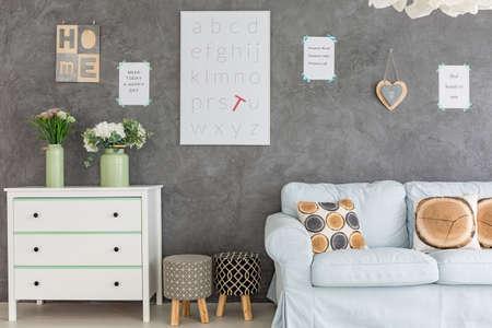Kamer met wanddecoraties dressoir, een bank en gestoffeerde stoelen