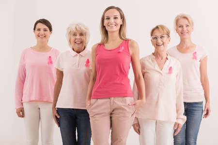 유방암에 맞서 싸우는 여성 그룹 스톡 콘텐츠