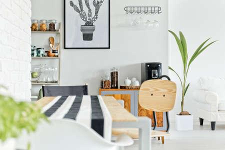 Witte huis interieur met eenvoudige houten tafel en stoel Stockfoto