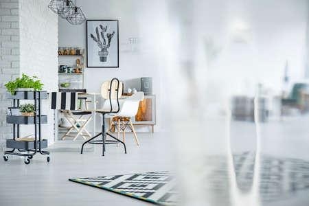 Apartamento De Mesa Común, Lámparas Industriales, Silla Y Carro De ...