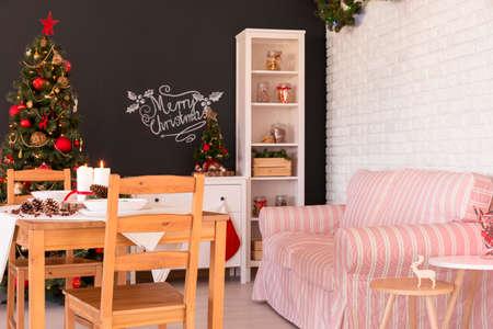 #66120975   Moderner Wohnzimmerdekor In Der Weihnachtsart Mit Weihnachtsbaum