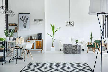 Wit loft interieur in Scandinavische stijl met patroon tapijt
