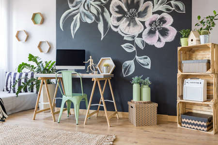 Accueil espace de travail avec tableau noir, diy, regale, bureau, chaise et ordinateur Banque d'images - 66123670