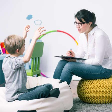 educadores: El muchacho y la maestra mujer joven durante la lección de casa privada Foto de archivo