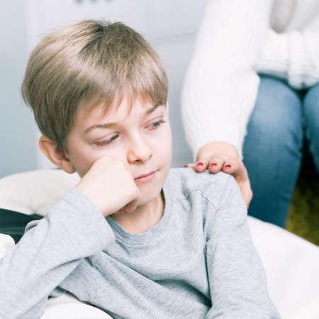 madre soltera: Disparo de un niño pequeño de aspecto triste
