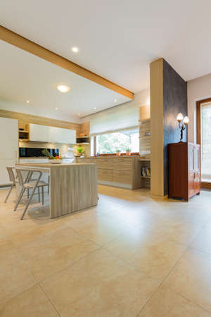 tiled floor: Very spacious dining room linked with the kitchen, with vast tiled floor