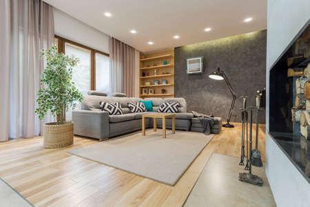 大きなコーナーソファとデザイナー フロア ランプ ベージュのリビング ルーム 写真素材