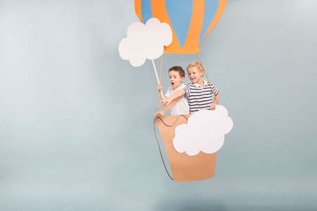 Broers en hun dromerige vlucht met diy ballon Stockfoto - 66355806