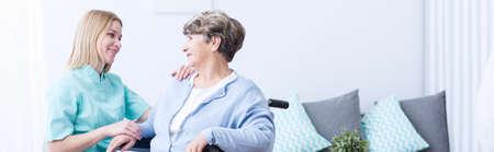 persona enferma: cuidador bastante útil hablar con el paciente femenino