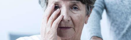 personas ayudando: Primer plano de la cara de preocupación de la mujer enferma de alto nivel