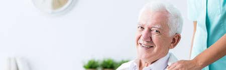 persona enferma: Un más viejo hombre es muy feliz debido a su compañía Foto de archivo