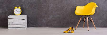 Mur de béton moderne et des détails et des meubles jaunes Banque d'images
