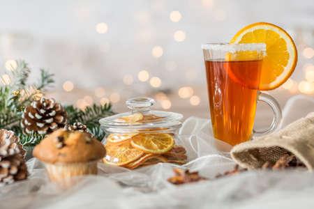 decoracion mesas: vaso de té y un panecillo en la mesa navideño decorado