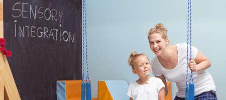 여성 교사와 감각 통합 수업 중 어린이