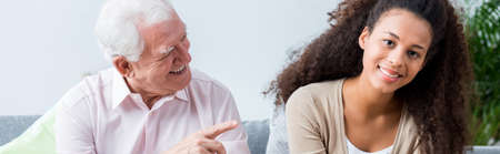 Oudere man is een grapje met jonge en gelukkige vrouw