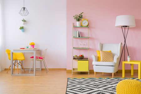 Roze woonkamer met witte en gele meubels