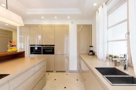 完全装備のキッチン、明るい家具が、トップと石のシンク