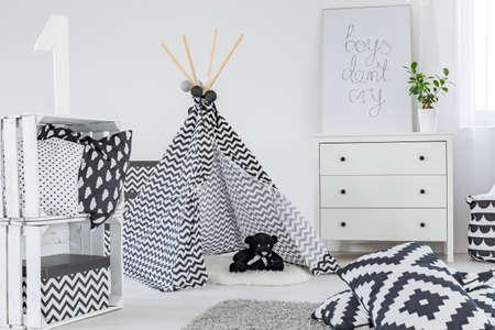 Kid slaapkamer met play tent, dressoir en diy kistenbewaring