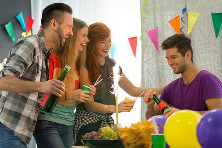 学生们开派对,男人拿着香槟