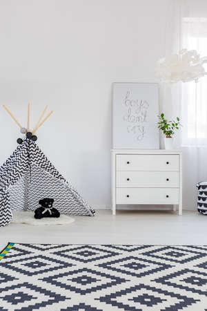 Kind slaapkamer met een dressoir, tapijt en play tent Stockfoto