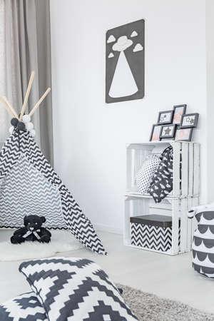 niños negros: sala de niño moderno con la tienda, almacenamiento caja y almohadas patrón