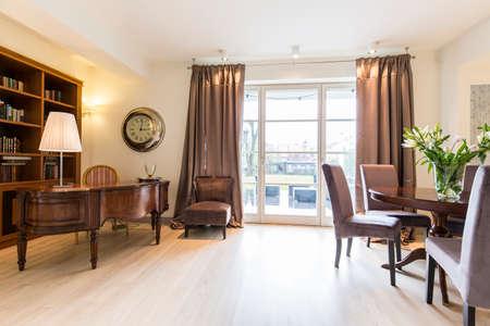 caoba: elegante estudio amplio, con grandes ventanas muebles, pianos y caoba Foto de archivo
