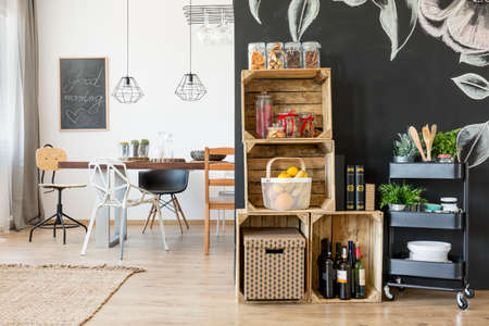 Casa con zona pranzo, ripiani in scatola e carrello