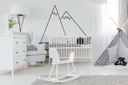 Cuarto de los niños con etiqueta de la pared decorativos, cómoda y cuna Foto de archivo - 67267424