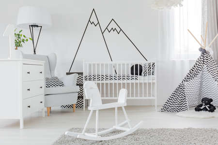 Kind slaapkamer met decoratieve muurstickers, dressoir en kinderbed Stockfoto
