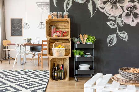 식탁이있는 평면, 의자 및 DIY 보관함