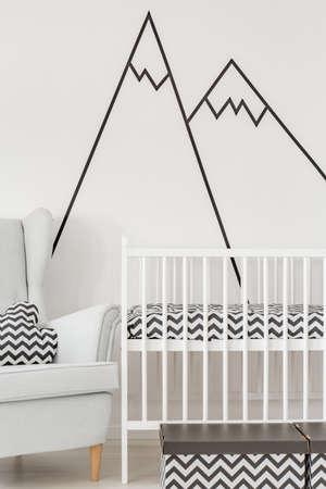 niños negros: Vivero con cuna blanca, sillón y etiqueta de la pared decorativos