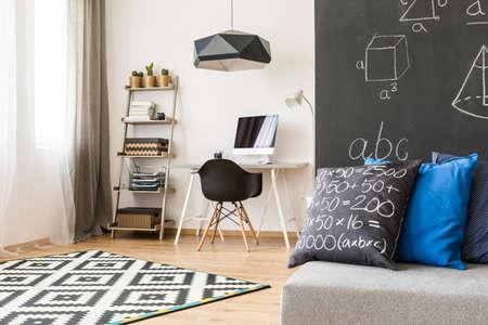 Prodigy: Pokój monochromatyczny zaprojektowany dla przyszłego matematyka żywego i młodego Zdjęcie Seryjne