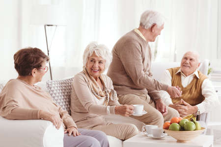커피를 마시고 이야기하는 노인 그룹 스톡 콘텐츠