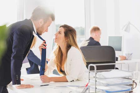 Tir d'un jeune couple qui se passionne les yeux dans le bureau Banque d'images - 67284767