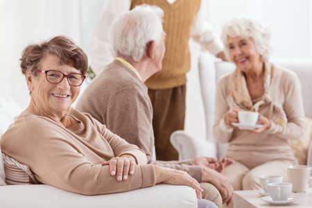 행복 elederly 사람들은 집에서 휴식, 함께 시간을 보내는 스톡 콘텐츠