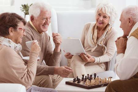 체스를 쉬는 집의 행복한 연금 수령자
