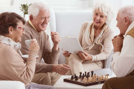 jubilados felices de descanso al ajedrez en casa de juego