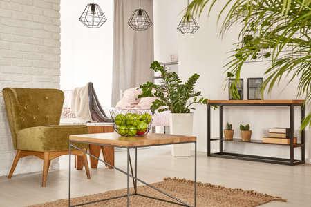 silla de madera: interior multifuncional con cama, mesa y sillón