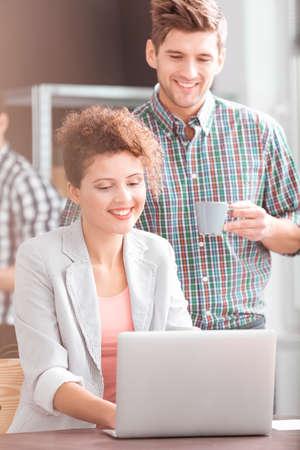 Femme d'affaires, ordinateur, homme, boire, café