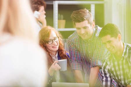 Een team van jonge en creatieve collega's met een brainstorming Stockfoto