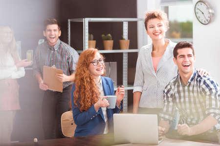 행복 비즈니스 팀과 긍정적 인 작업 환경 스톡 콘텐츠
