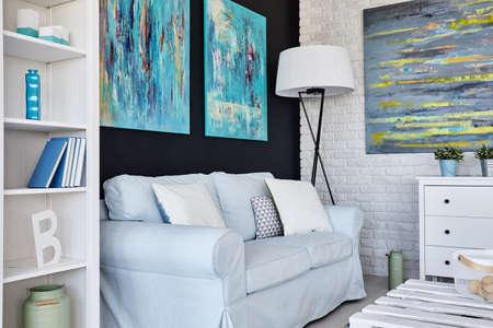 Diseño de una moderna sala de estar decorada con muebles de la luz