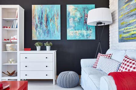 Creatief ontworpen woonkamer met sofa, commode, kast en schilderij
