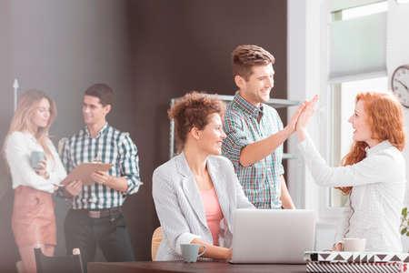 Las personas que trabajan en el entorno positivo, la mujer que usa la computadora portátil Foto de archivo - 67708551
