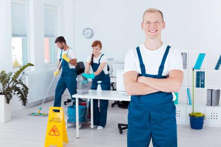 personal de limpieza joven que trabaja en una oficina moderna