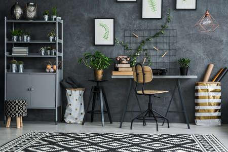 Multifuncional de escritorio esquina de la habitación, una silla y estante Foto de archivo