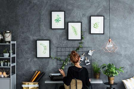 Zone chambre avec une femme travaillant au bureau Banque d'images - 68146564