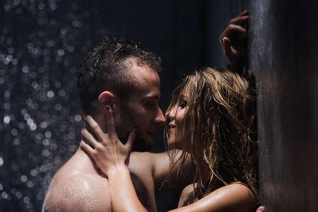 Vocht uit het water van het douchepaar raken elkaar hartstochtelijk aan